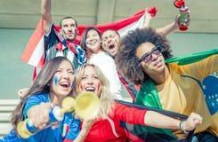 Grupp av fans som stöttar deras lag på arenan arkivfoto
