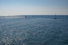 Grupp av fartyg som seglar på havet Royaltyfria Bilder