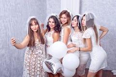 Grupp av fem lyckliga eleganta kvinnliga vänner royaltyfri foto