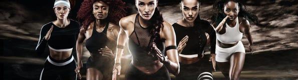 Grupp av fem starka idrotts- kvinnor, sprinter, spring på mörk bakgrund som bär i sportswearen, kondition och sporten arkivfoton