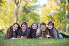 Grupp av fem tonår utomhus Arkivbilder