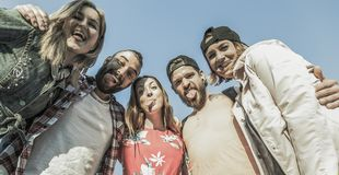 Grupp av fem vänner som gör dumbomframsidor arkivfoto