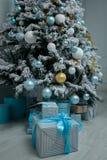 Grupp av festliga askar med gåvor under julgranen nytt arkivbild