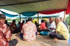 Grupp av Fijianmän som dricker Kava i Fiji fotografering för bildbyråer