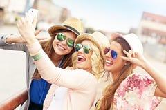 Grupp av flickavänner som har gyckel i staden Fotografering för Bildbyråer