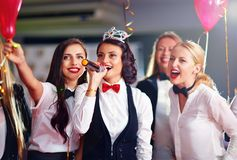 Grupp av flickavänner som har gyckel på karaokepartiet Arkivbilder