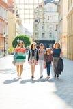 Grupp av flickor som går till och med i stadens centrum - kvinnor snubblar royaltyfria foton