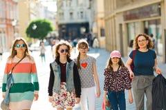 Grupp av flickor som går till och med i stadens centrum - shoppa tur royaltyfri bild