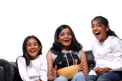 Grupp av flickor som håller ögonen på TV:N Royaltyfria Foton