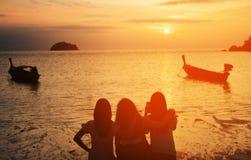 Grupp av flickor som hoppar på stranden Royaltyfria Bilder