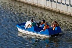 Grupp av flickor som rider på en katamaran royaltyfri fotografi