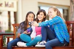 Grupp av flickor som tar Selfie på mobiltelefonen royaltyfria foton