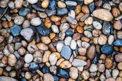 Grupp av flodstengarnering för bakgrund Stenar i vattnet på förgrund arkivbilder