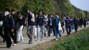 Grupp av flyktingar som lämnar Ungern