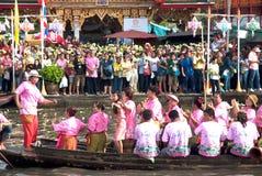 Grupp av folk som dansar in i fartyget på den RubBua festivalen Arkivfoto