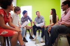 Grupp av formgivare som möter för att diskutera nya idéer Arkivbild