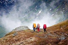 Grupp av fotvandrare i bergen Royaltyfri Fotografi