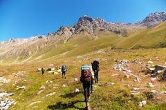 Grupp av fotvandrare i berget Arkivbild
