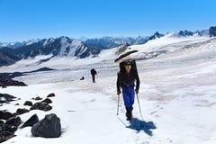 Grupp av fotvandrare i berget Arkivbilder