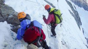 Grupp av fotvandrare på att fotvandra expedition på den Couloir etappen in mot Mont Blanc Arkivfoton