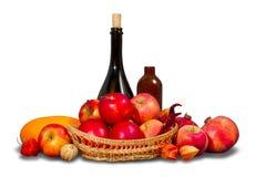 Grupp av frukter och grönsaker med bordsservis Fotografering för Bildbyråer