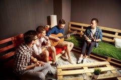 Grupp av fyra vänner som ut hänger i studio Arkivbild