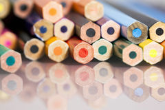 Grupp av gagnlösa kulöra blyertspennor Arkivbild
