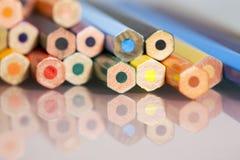 Grupp av gagnlösa kulöra blyertspennor Arkivfoton