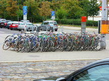 Grupp av gamla cyklar som står bredvid en gatapol Royaltyfria Foton