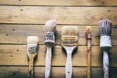 Grupp av gamla oxidtappninghjälpmedel paintbrushes Arkivbild