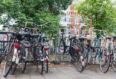 Grupp av gamla tappningcyklar som parkeras på gatan i Amsterdam royaltyfria foton