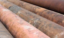 Grupp av gammala rostiga metallrør Arkivbilder
