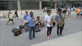 Grupp av gatamusiker som spelar på gatan lager videofilmer