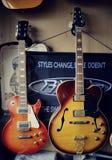 Grupp av gitarrer i utläggning Arkivfoto