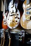 Grupp av gitarrer i utläggning Royaltyfria Foton