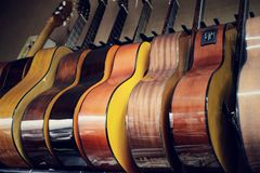 Grupp av gitarrer i utläggning Fotografering för Bildbyråer
