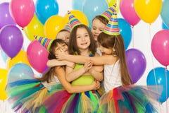 Grupp av glade små ungar som har gyckel på födelsedagen royaltyfri fotografi