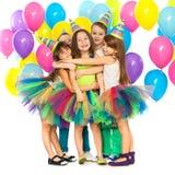 Grupp av glade små ungar som har gyckel på födelsedagen royaltyfria foton