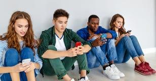 Grupp av gladlynta ungdomarmän och kvinnor på vit bakgrund fotografering för bildbyråer