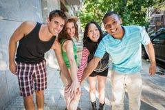 Grupp av gladlynta vänner. Royaltyfria Foton