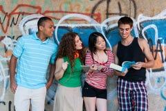 Grupp av gladlynta vänner. Fotografering för Bildbyråer