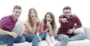 Grupp av gladlynta vänner som håller ögonen på deras favorit- film royaltyfri bild