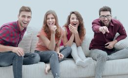 Grupp av gladlynta vänner som håller ögonen på deras favorit- film fotografering för bildbyråer