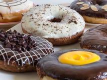 Grupp av glasade donuts på träbakgrund Fotografering för Bildbyråer
