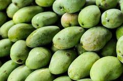 Grupp av gröna mango, tropiska frukter Royaltyfri Foto