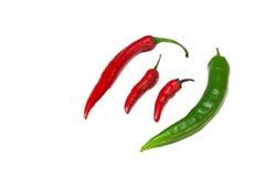Grupp av gröna och röda kyliga peppar. Royaltyfri Bild