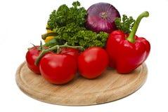 Grupp av grönsaker på skärbräda Royaltyfri Fotografi