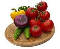 Grupp av grönsaker på skärbräda Royaltyfri Foto