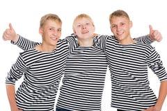Grupp av grabbar i randiga skjortor Fotografering för Bildbyråer