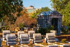 Grupp av gravstenar och kryptan på den Oakland kyrkogården, Atlanta, USA Royaltyfri Bild